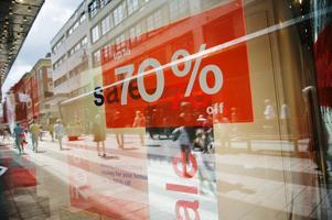 """Utanför butiker kan finnas skyltar med stora siffror om 70 procents rea. Men ovanför står pyttelitet """"upp till"""". Skylten är inte rättvisande, skriver Elin Lundgren (S). Foto: TT"""