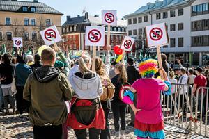 Vägrar vara tysta. Motdemonstranter vid NMR:s marsch i Falun 2017.