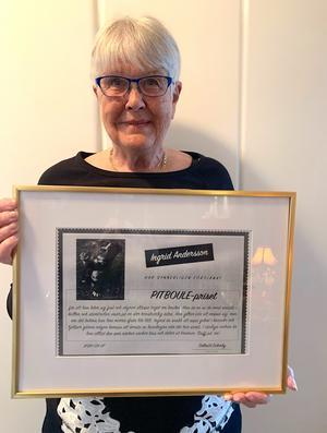 Ingrid Andersson blev glatt överraskad när hon fick Pitboulepriset som består av en tavla och en tårtcheck. Foto: Solbritt Eidenby