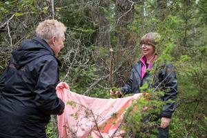Siv Ahlström och Lena Främst fick i uppdrag att döpa en pinne och berätta om den.