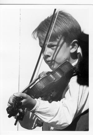 Första pressbilden på Knapp-Bertil. Knapp-Bertil. 10 år gammal framträder han med Häverö spelmangille. Foto: Privat