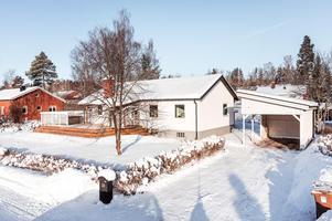 Renoverad villa i bra läge i området. Entréplan med öppen planlösning mellan kök och vardagsrum. Genomgående enhetliga parkettgolv och ljusa väggar. Foto: Kristofer Skog, husfoto.