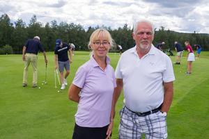 Margareta Bylund och John Carlsson från Hede Vemdalens golfklubb laddade för tävling.