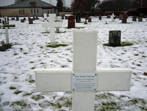 På dagen 100 år efter att Svante Svensson begravdes i Mora, kommer hans barnbarn att sätta upp en emaljskylt på hans kors. Foto: Privat
