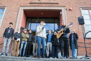 Rebecca Eriksson och Hugo Danielsson uppträdde under manifestationen.