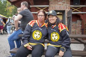 Även de vuxna fansen är på plats. Kerstin Hellström och Eva Andersson satt och bara insöp atmosfären. Hemmamatcherna går de alltid på.