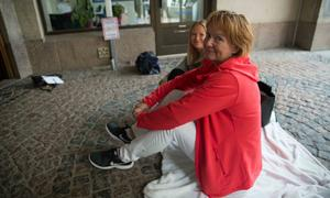 Elisabet Amann och Kerstin köade utanför Södertäljebyrån för biljetter till Håkan Hellströms konsert – i juni nästa år.