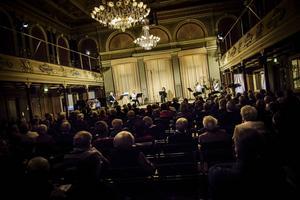 Nordiska Blåsarkvintetten utspridd över scenen i