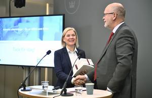 Den 12 december överlämnade Sven-Erik Österberg huvudbetänkandet från Delegationen för korrekta utbetalningar till finansminister Magdalena Andersson (S). Foto: Karin Wesslén/TT