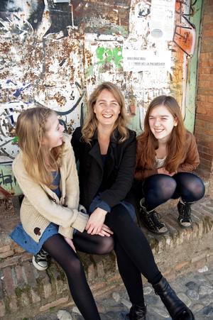 Kerstin med döttrarna Charlotta (till vänster) och Anna.