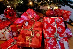 Bild: Jonas Ekströmer/TT.Vill man minska det ekologiska fotavtrycket, kan man spara in på några julklappar.
