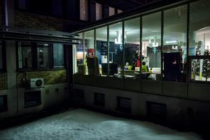 Det är tyst och mörkt i större delen av Sollefteå. I sjukhusfoajén pågår ockupationen oförtrutet 24 timmar om dygnet.