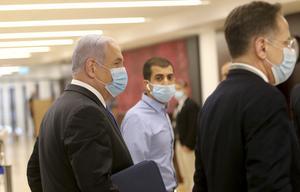 Israels premiärminister Benjamin Netanyahu (t v) anländer till parlamentet, knesset, för att presentera den nya regering som svors in på söndagen.