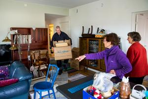 Systrarna Inga-Britt och Mariann ser till att rätt låda hamnar på rätt plats.