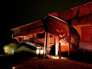 Så här såg det ut vid ljuskvällen vid Ornässtugan i vintras då Evelina Mattsson hade ljussatt loftbyggnaden. Foto: Åsa Ehlis