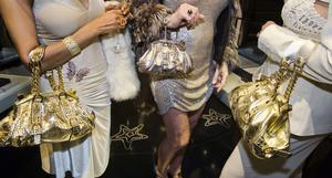 Versace-handväskor på en privat invigning av en Versace-butik, Beverly hills, Kalifornien. Bilden är tagen av Lauren Greenfield som för närvarande har en utställning i Lousiana, Danmark.