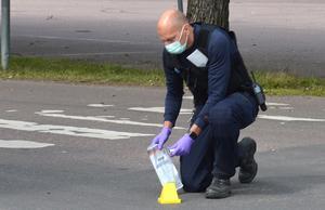 Polisen säkrar spår efter dödsskjutningen på Kupolenparkeringen.