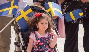Många flaggor syntes i paraden som sträckte sig från Gäddgårdsvallen till Ahllöfsparken.