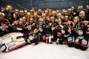 Brynäs guldlag 2012 med Honken liggande i klassisk målvaktspose. Arkivbild: Bildbyrån