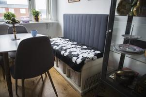 Kökssoffan består av en bänk med en sänggavel till som blir som ett ryggstöd.