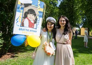 Studenten Aydan Eminbeili blir grattad av kompisen Kamola Ataniyazova.