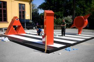 Arkitekturkollektivet Dansbana har byggt upp en temporär dansbana utanför Arkdes på Skeppsholmen. De färgglada högtalarna styrs av besökarnas mobiltelefoner. Bild: Pontus Lundahl/TT