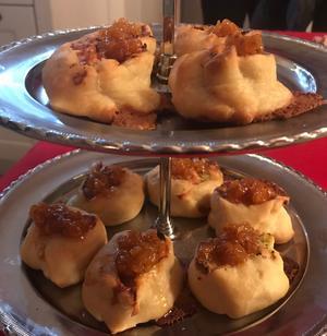Pajsnurror med tre sorters ost, toppade med hjortron.