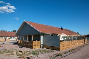 Det har byggts träterrasser som de boende i huset uppskattar.