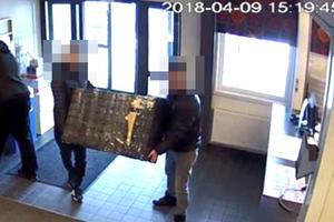 En övervakningskamera inne på en fraktfirma har fångat när misstänkt stulet gods varit på väg att skickas iväg till en intet ont anande köpare.  Bild: Polisens förundersökning