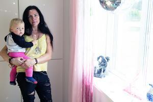 Lisa Svedberg med lille Erik, 1 år, visar ett av sovrummen. Här kommer dotter Jahmelia att bo.