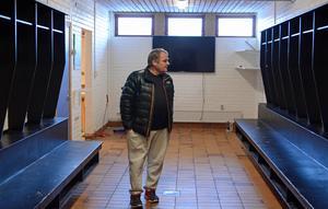 Janne Lövgren synar de tomma platserna i det som, för bara några månader sedan, var Dalkurds omklädningsrum på Domnarvsvallen.