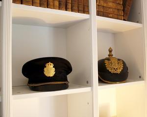 De två polishattarna har Evelina köpt på auktion.