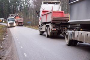 Lastbilarna med grus och sprängsten går i skytteltrafik på Laggarbovägen.