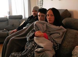 I  januari:  Angelica Johansson och Marie Palmqvist sitter med filtar för att hålla värmen. Med på bilden är även Dan Hammar.  Arkivbild:  Anna Leijon