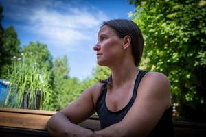 Caritha Barkskog umgicks inte mycket med människor under perioden hon var sjuk. Dels ville hon inte att de skulle märka, dels hade hon ingen energi.