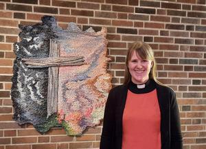 Sara Klintemyr, Högbergskyrkans nya pastor, välkomnades vid påskdagens gudstjänst. Foto: Läsarbild