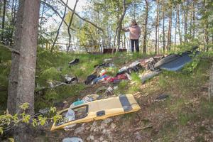 Bommen vid grustaget på Fullbro malm har hindrat folk från att dumpa saker innanför. Men i slänten framför  bommen ligger allt möjligt nedkastat.