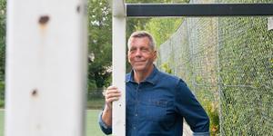"""""""Jag var osäker och blyg som ung"""", säger Roland Bärtilsson. Men fotbollen hjälpte honom att komma ut ur sitt skal. Nu ställer han sig inför publiken på Teaterbiografen med sin föreläsning om Norbergs AIF."""