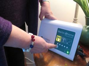 Den här apparaten läser regelbundet av  Inger Muréns hjärtstartare och skickar värdena vidare till Gävle sjukhus för kontroll.