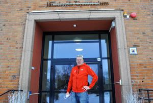 Skolvärden Thomas Andersson utanför huvudentrén på Wargentinsskolan. Snart är det den enda öppna dörren till skolan.
