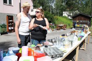 Ska vi slå till och köpa de här fonduegafflarna undrade Lillemor Knutsson. Hennes andra hälft Per-Olof Ståhl tyckte det var ett bra köp.