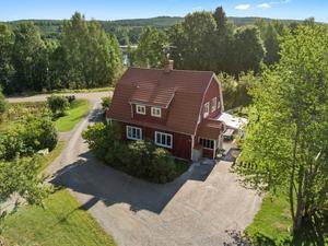 Egen uteplats och gräsmatta samt naturen runt knuten. Foto: Svensk Fastighetsförmedling