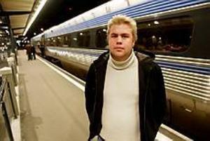 Foto: LASSE WIGERT Försenas. Gävlebon Mats Danielsson jobbar på en bank i Uppsala och åker varje dag tåg mellan städerna. Efter ett års pendlande börjar han bli less. Korta förseningar varvas med halvtimmeslånga och nu ifrågasätter han om det är hållbart att fortsätta åka tåg. - Jag kan inte riskera att jag missar kundmöten eller viktig information från mina kollegor, säger han.