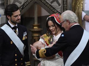 Prins Carl Philip, prinsessan Sofia med Gabriel och kung Carl XVI Gustaf vid prins Gabriels dop i Drottningholms slottskyrka 2017. Foto: Anders Wiklund/TT