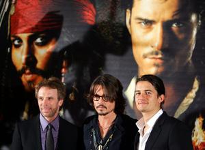 Skådespelaren Johnny Depp med producenten Jerry Bruckheimer (till vänster på bild) och skådespelaren Orlando Bloom inför premiären till