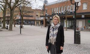 – Det är viktigt med lite ny energi och jag bor och verkar här i Köping och vill att centrumhandeln ska vara kvar. Exempelvis tycker jag, och många med mig, att det behövs en skoaffär i centrum, säger hon.