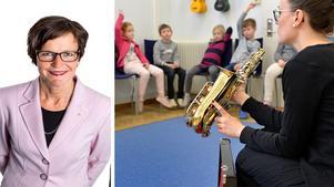 Intrumentet saxofon presenteras för en klass i årskurs 2 under en musiklektion. Foto: Anders Wiklund / TT