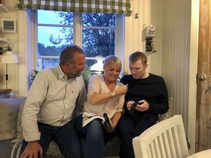 Kent och Carina Andersson tillsammans med sonen Erik, som när han mår bra, har möjlighet att hälsa på i föräldrahemmet.