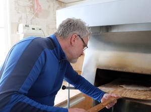 Pecka försöker lära sig hur man gräddar tunnbröd. Det går bättre och bättre, Men det är Marika som är proffs.