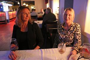 Ingela Bladin och Petra Mossberg hade ett bord alldeles intill scenen.